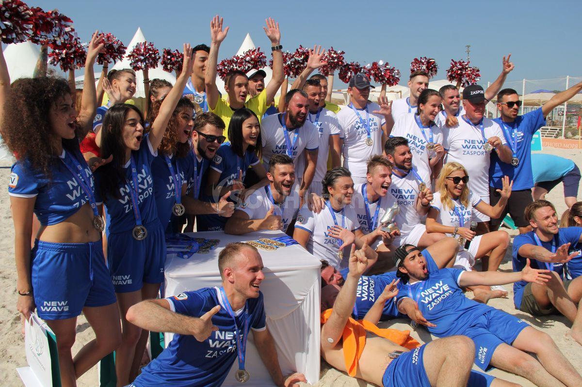 Команда звезд разгромила конкурсантов на матче по пляжному футболу.